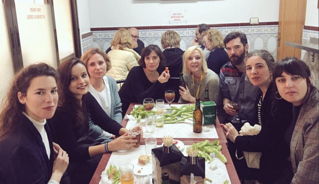 Comiendo durante el IBAFF, de izquierda a derecha: Andrea Franco, Mireia Mullor, Ana Serret, Milagros Mumenthaler, Belen Unzurrunzaga, Ángel Santos, Eulàlia Iglesias y Carla Andrade.