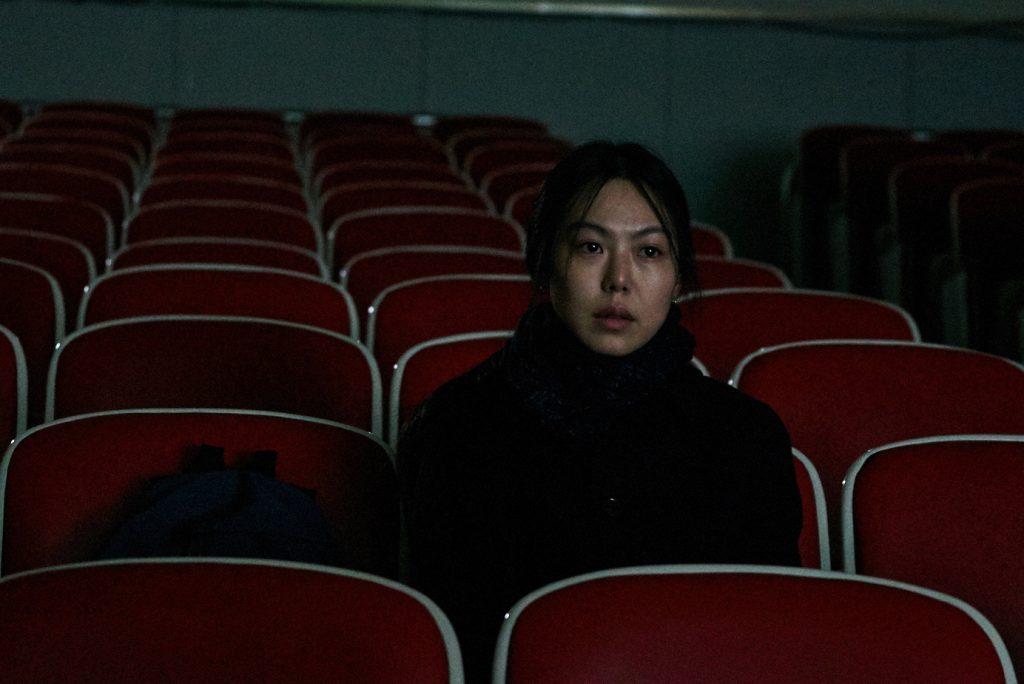 Kim Min-hee en En la playa sola de noche, de Hong Sang-soo