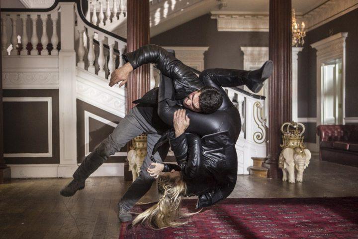 Scott Adkins y Amy Johnston en Accident Man (Jesse V. Johnson, 2018)