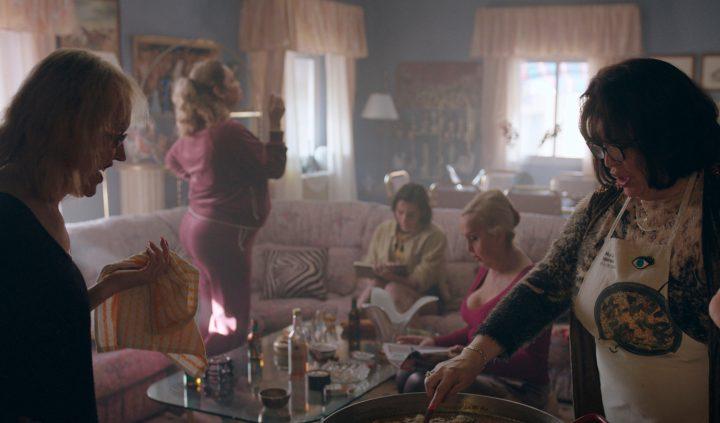 Cristina en su casa con sus amigas